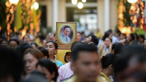 ในหลวง สวรรคต_161011143449-26-thailand-king-bhumibol-adulyadej-super-169