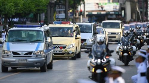 ในหลวง สวรรคต_161014134552-09-thailand-king-mourning-1014-super-169