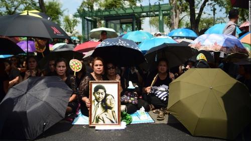ในหลวง สวรรคต_161014134852-10-thailand-king-mourning-1014-super-169