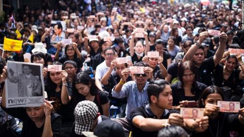 ในหลวง สวรรคต_161014135445-14-thailand-king-mourning-1014-super-169